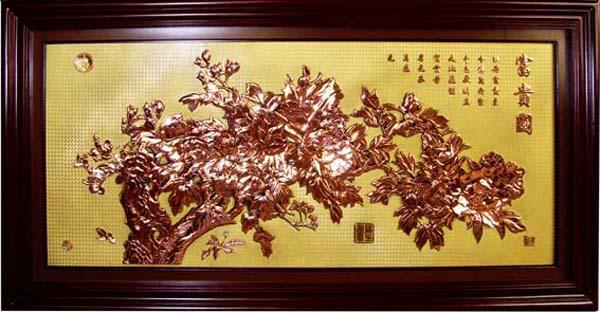 长城紫铜浮雕 红木屏风该产品以优质的紫铜为原料,采用电化学铸造,多道工序精制而成。做工精细,形象逼真,立体感强,风格古朴典雅,画面栩栩如生。它突出的优势是一次成型,规格大,无焊接,集精美,坚固于一体。她完全区别于传统金属工艺品中采用的冲压,铸造,腐蚀等技术。避免了传统工艺品易损坏,易变形,易脱色,易失真,做工粗,污染环境的弊端。紫铜浮雕产品简介(描述) 紫铜浮雕系列是以优质紫铜为原料,经过多道工序精铸而成。整个画面(浮雕部分与底板部分)为一体铸造,表面经过防氧化处理,具有图文铸工精密,金属质感强烈,画面